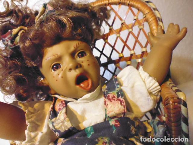 Muñecas Españolas Modernas: MUÑECA TIPO GESTITOS, IMITACIÓN DANTON JOS. CON SILLA MIMBRE. - Foto 8 - 216708345