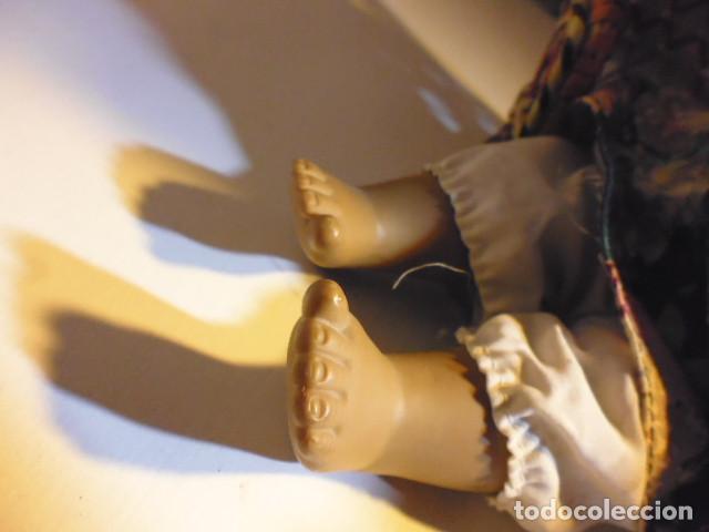 Muñecas Españolas Modernas: MUÑECA TIPO GESTITOS, IMITACIÓN DANTON JOS. CON SILLA MIMBRE. - Foto 27 - 216708345