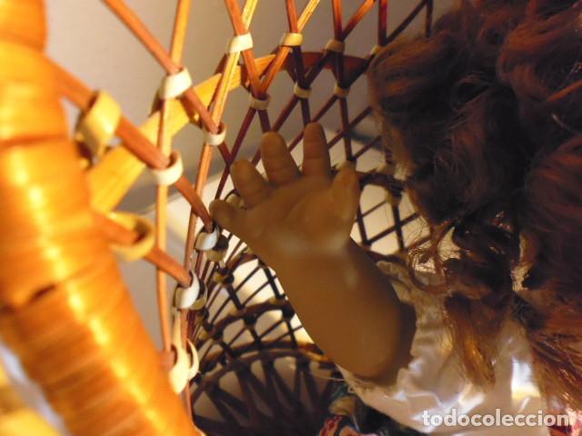 Muñecas Españolas Modernas: MUÑECA TIPO GESTITOS, IMITACIÓN DANTON JOS. CON SILLA MIMBRE. - Foto 30 - 216708345