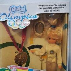 Muñecas Españolas Modernas: MUÑECA CHABEL OLÍMPICA AÑOS 80 EN CAJA ESGRIMA OLIMPIADAS. Lote 222217185