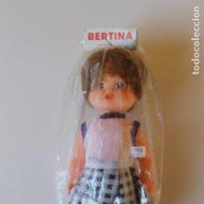 Muñecas Españolas Modernas: MUÑECA BERTINA EN SU BLISTER, INDUSTRIAS MIBER, AÑOS 70, VESTIDO COLEGIAL. Lote 227825985