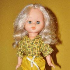 Bambole Spagnole Moderne: MUÑECA CAROLINA RUBIA, FABRICADA POR BEYMOL, OJOS AZULES DURMIENTES, 39 CM, VESTIDO ORIGINAL AÑOS 70. Lote 234931060