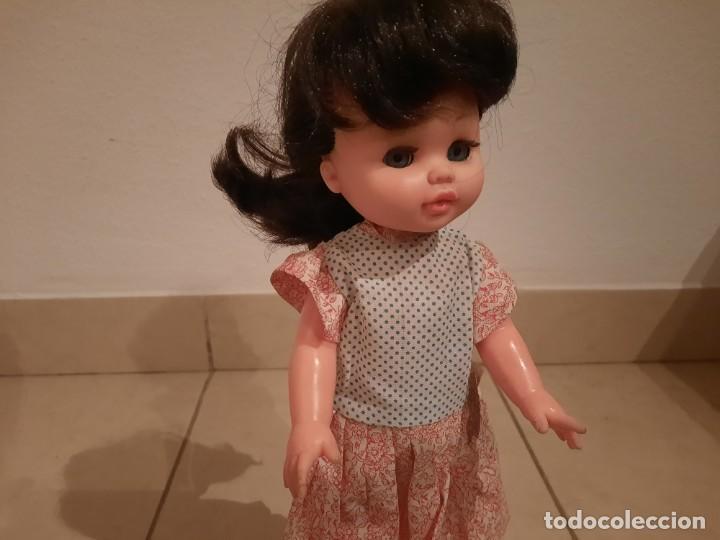 Muñecas Españolas Modernas: Muñeca Morena marca B.B con Precioso vestido años 70s 80s - Foto 2 - 236469385