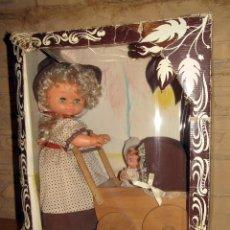 Muñecas Españolas Modernas: ANTIGUA MUÑECA JESMY MAMA CON JESMARIN Y CARRITO - JESMAR - EN SU CAJA ORIGINAL. Lote 255458865