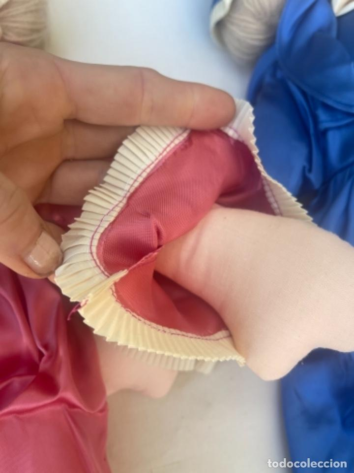 Muñecas Españolas Modernas: Pareja de muñecas de trapo BCD Barcelona centro diseño vestidos raso y capota muy bonitas pelo lana - Foto 7 - 263968290