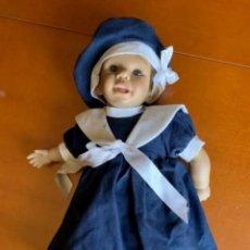 Muñecas Españolas Modernas: MUÑECA DE CAUCHO CON TRAJE DE ÉPOCA. Lote 265201139