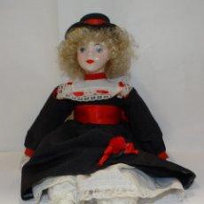 Muñecas Españolas Modernas: MUÑECA PORCELANA PIERNAS Y BRAZOS DE TRAPO. GRAN COLORIDO. Lote 265719849