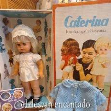 Muñecas Españolas Modernas: CATERINA. MUÑECA QUE HABLA Y CANTA. ICSA. BARCELONA. AÑOS 1960S. INCLUYE DISCOS Y DOS CONJUNTOS. Lote 267457844