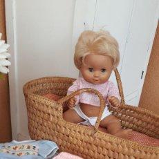 Bonecas Espanholas Modernas: MUÑECA BEBE DE MATTEL CON LOTE DE ROPA Y CAPAZO. Lote 270388003