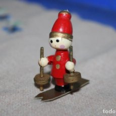 Muñecas Españolas Modernas: ANTIGUO MUY PEQUEÑITO MUÑECO A ESQUIAR DE MADERA - 5CM. Lote 270967373