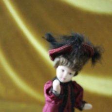 Muñecas Españolas Modernas: MUÑECA DE PORCELANA EN TRAJE DE ÉPOCA. EDICIONES ALTAYA, AÑOS 90. Lote 277637433
