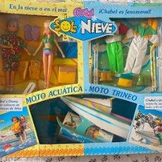 Muñecas Españolas Modernas: CHABEL Y DANNY SOL Y NIEVE CONJUNTO SET CON MOTO ACUÁTICA – TRINEO 1989 FEBER NUEVO EN CAJA. Lote 278693158