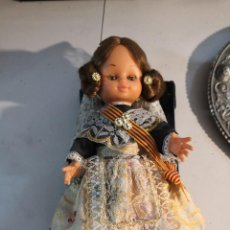 Muñecas Españolas Modernas: BONITA MUÑECA 30 CTMOS DE LA PRESTIGIOSA MARCA FOLK CON TRAJE DE FALLERA AÑOS 60-70. Lote 284358618