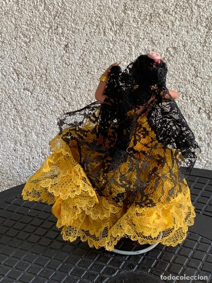 Muñecas Españolas Modernas: MUÑECA BAILAORA PLASTICO VESTIDO AMARILLO MARIN MANTILLA NEGRA LOLA FLORES FARAONA 17X12X6CMS - Foto 3 - 287912043