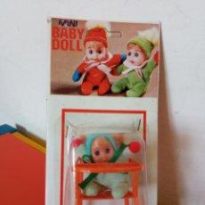Bonecas Espanholas Modernas: SILLA TRONA MECEDORA NARANJA CON MUÑECO MINI BABY DOLL.BABY TOY 70S.SIN ABRIR.. Lote 288139983