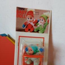 Bonecas Espanholas Modernas: SILLA TRONA MECEDORA NARANJA CON MUÑECO MINI BABY DOLL.BABY TOY 70S.SIN ABRIR.. Lote 288141333