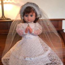 Bonecas Espanholas Modernas: PRECIOSA MUÑECA COMUNIÓN REZANDO. Lote 288203718