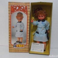 Muñecas Españolas Modernas: MUÑECA NICASIA DE ESVI, MAESTRA, CAJA ORIGINAL SIN ESTRENAR, ANTIGUA JUGUETERIA. Lote 292300098