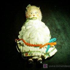 Muñecas Extranjeras: MUÑECA A CUERDA CON VESTIMENTA COLORIDA.. Lote 27269655