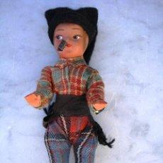 Muñecas Extranjeras: ANTIGUO MUÑEQUITO DE BARRO FUMANDO EN PIPA. Lote 26154983