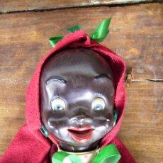 Muñecas Extranjeras: PRECIOSA MUÑECA DE CARTON AÑOS 40 PARA COLGAR BEBE NEGRITA CON CAPUCHA 23CMS. Lote 26817322