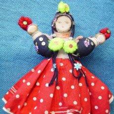 Muñecas Extranjeras: MUÑECA DE TRAPO CON FALDA ROJA DE LUNARES. Lote 32605008