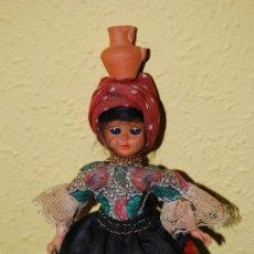 Muñecas Extranjeras: ANTIGUA MUÑECA CON CÁNTARO DE BARRO Y MEDALLA DE LA VIRGEN DE NAZARET - PORTUGAL - AÑOS 60. Lote 33042277