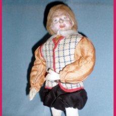 Muñecas Extranjeras: ANTIGUO MUÑECO CON CABEZA DE TERRACOTA Y RESTO DE TRAPO. ROPA ORIGINAL. AÑO 1940 ALTURA 29 CM.. Lote 40985604
