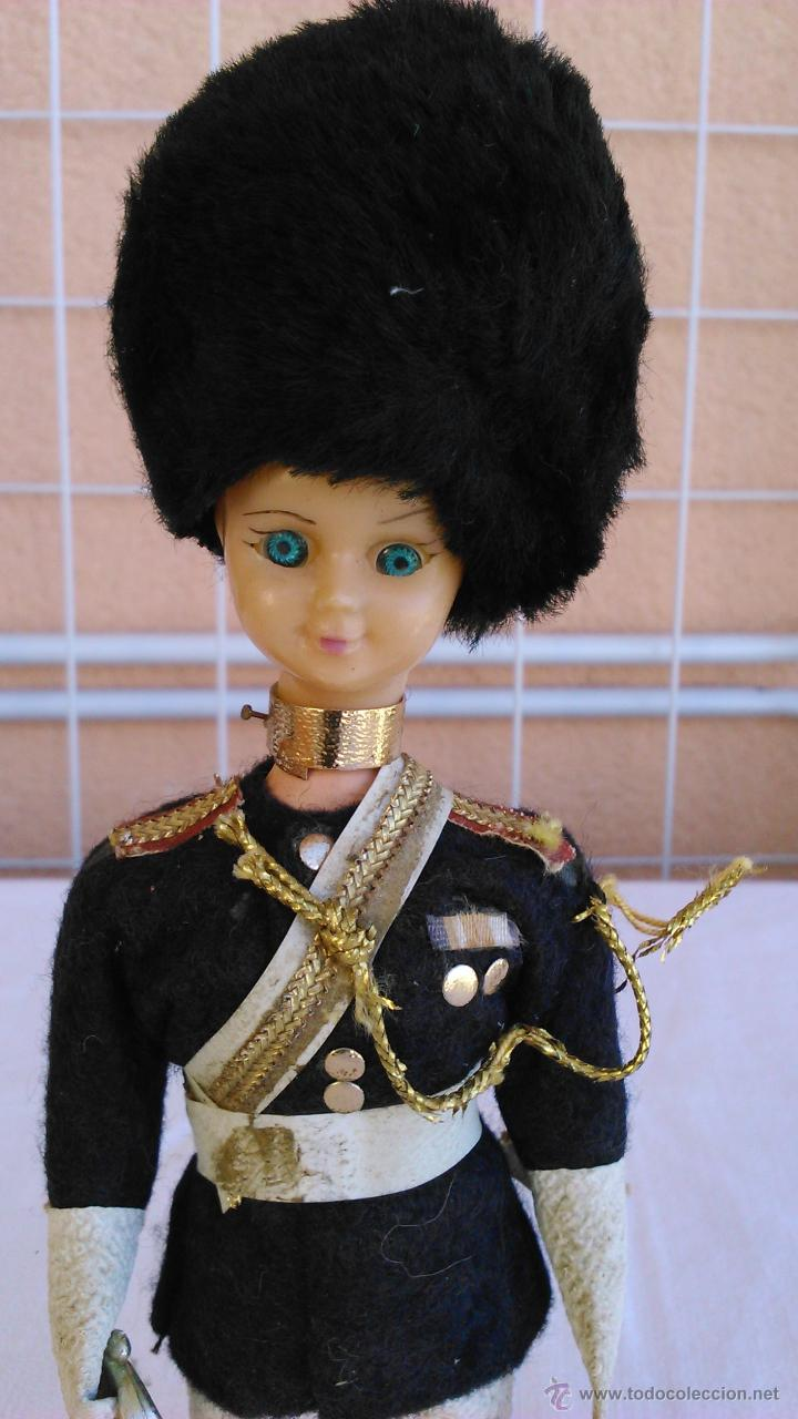 Muñecas Extranjeras: Antigua muñeca con traje típico de la guardia Real de Inglaterra. Ojos durmientes. - Foto 2 - 43165374
