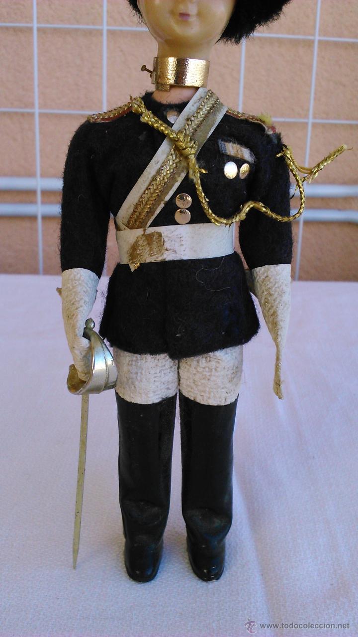 Muñecas Extranjeras: Antigua muñeca con traje típico de la guardia Real de Inglaterra. Ojos durmientes. - Foto 3 - 43165374
