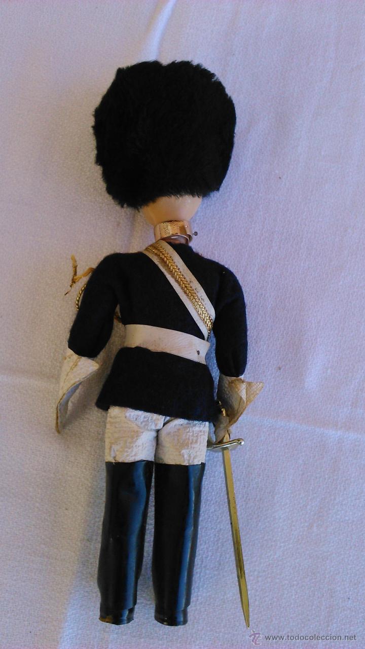 Muñecas Extranjeras: Antigua muñeca con traje típico de la guardia Real de Inglaterra. Ojos durmientes. - Foto 4 - 43165374