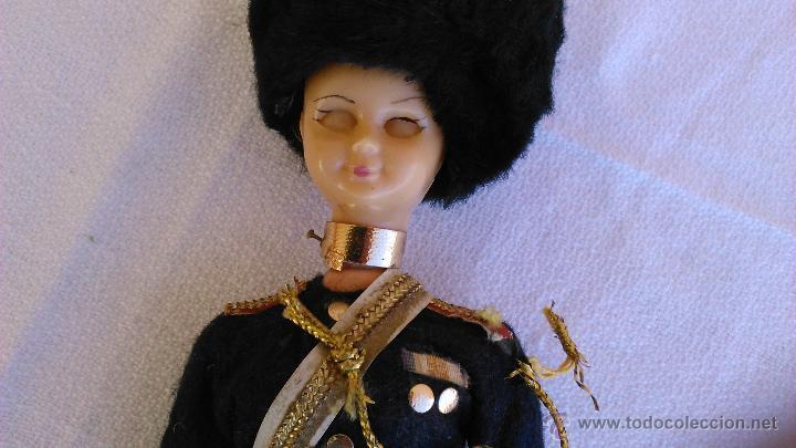 Muñecas Extranjeras: Antigua muñeca con traje típico de la guardia Real de Inglaterra. Ojos durmientes. - Foto 5 - 43165374