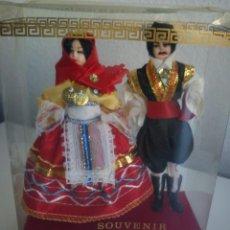 Muñecas Extranjeras: MAGNIFICA PAREJA DE MONECOS DE COLECION MAD GREECE ROPAS Y CAJA ORIGINALES DOS ANOS 50. Lote 44441726