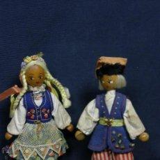 Muñecas Extranjeras: PAREJA MUÑECOS MADERA TELA ABALORIOS CENTRO EUROPA FELPA AÑOS 60 19X11CMS. Lote 47902077