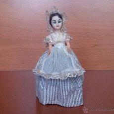 Muñecas Extranjeras: MUÑECA ANTIGUA VESTIDA CON ACABADOS EN ENCAJE Y OJOS DURMIENTES .. Lote 49856188