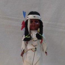 Muñecas Extranjeras: ANTIGUA MUÑECA ETNICA SOUVENIR AMERICANA CON ALFOMBRA DE PIEL DE CONEJO AÑOS 70 . Lote 51496772