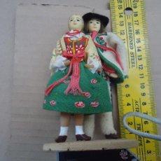 Muñecas Extranjeras: PRECIOSA PAREJA MUÑECO MUÑECA TRAJE REGIONAL REALIZADO A MANO, CABEZA BARRO PINTADA A MANO POLAND. Lote 52938758