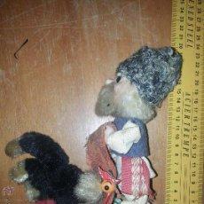 Muñecas Extranjeras: ANTIGUO MUÑECO RUSO CON GALLINA O PAVO REAL VESTIMENTA REALIZADA A MANO. Lote 52942264