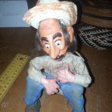 Muñecas Extranjeras: ANTIGUO MUÑECO O TITERE DE BARRO COCIDO REALIZADO A MANO. Lote 52944299