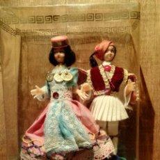 Muñecas Extranjeras: PAREJA MUÑECOS TRAJE TIPICO DE GRECIA. Lote 53045370