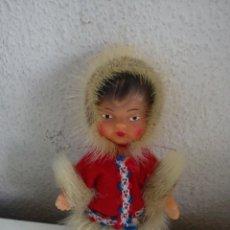 Muñecas Extranjeras: ANTIGUA MONEQUITA DO POLO NORTE HECHE DE GOMA ROPA ORIGINAL SELADA K.SCHRICKEL. Lote 54720198