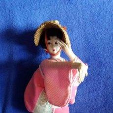 Muñecas Extranjeras: MUÑECA JAPONESA DE TELA / CON SOMBRERO Y QUIMONO AÑOS 40-50. MIDE 33 CMS. DE ALTO. Lote 55904756