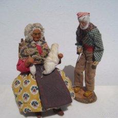 Muñecas Extranjeras: PAREJA DE ANCIANOS FRANCESES DE TERRACOTA, EN FRANCIA LLAMADOS (SANTONES) ELLA 21 CM. AÑOS 30 EL 23. Lote 56323479