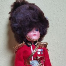 Muñecas Extranjeras: ANTIGUO MUÑECO GUARDIA INGLES - MARCA ALMAR DOLLS. Lote 56550941