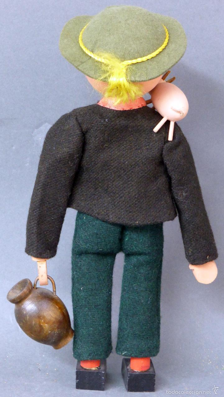 Muñecas Extranjeras: Muñeco madera alemán chico con cerdo y cántaro traje tela sombrero años 50 24 cm alto - Foto 2 - 58670239