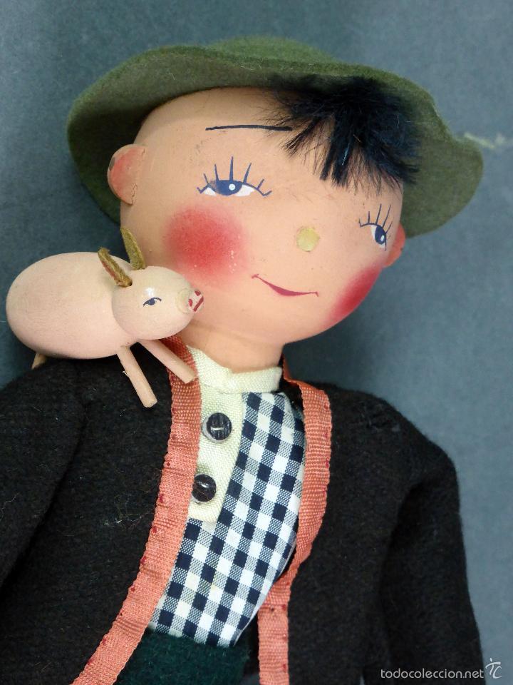 Muñecas Extranjeras: Muñeco madera alemán chico con cerdo y cántaro traje tela sombrero años 50 24 cm alto - Foto 3 - 58670239
