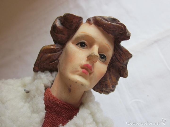 Muñecas Extranjeras: Antiguo muñeco o muñeca de gran tamaño, tipo pastor, hecho en ceramica o pasta - Foto 4 - 60584595