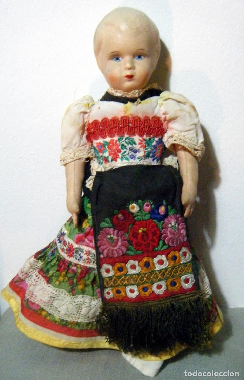 Muñecas Extranjeras: Lote muñeco y muñeca cartón piedra y trapo vestimenta regional - Foto 3 - 161690836