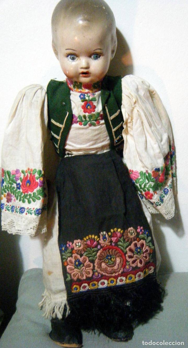 Muñecas Extranjeras: Lote muñeco y muñeca cartón piedra y trapo vestimenta regional - Foto 4 - 161690836