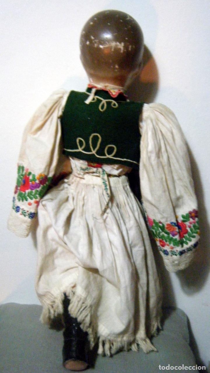 Muñecas Extranjeras: Lote muñeco y muñeca cartón piedra y trapo vestimenta regional - Foto 5 - 161690836